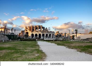 Römisches Amphiteathre in der Stadt Capua, Standort der ersten und berühmtesten Gladiatorschule und Ausbruch des Aufstands von Spartacus im Jahr 73 v. Chr., Santa Maria Capua Vetere, Provinz Caserta, Italien