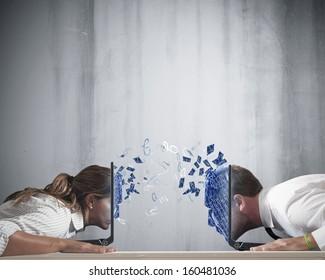 Concept van virtuele liefde met jongen en meisje met laptop