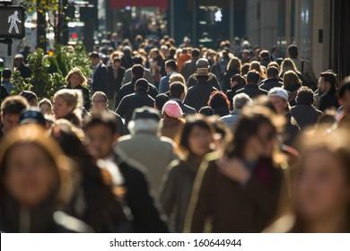 にぎやかなニューヨーク市の通りを歩いている匿名の人々の群衆