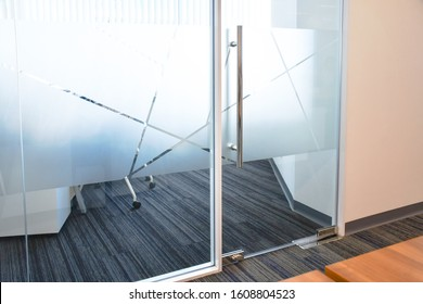 Etiqueta engomada de vidrio de película esmerilada cortada en patrón, diseño de película de vidrio, privacidad en el lugar de trabajo, sala de reuniones de oficina moderna o concepto de sala de gerente. Idea de pared de vidrio para interior.