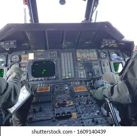 Piloto conduciendo un helicóptero de camino al campo de batalla.