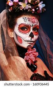 Halloween componen el cráneo de azúcar bella modelo con el peinado perfecto. Concepto de santa muerte.