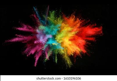 Explosion des farbigen Pulvers lokalisiert auf schwarzem Hintergrund. Abstrakter farbiger Hintergrund