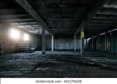 古い放棄された工業ビルのインテリア