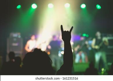 Konzert live drinnen in einem kleinen Club