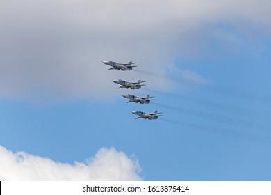 Jet militar ruso en el aire. Siluetas de aviones de combate rusos en el cielo. Aviones militares volando juntos en el cielo durante el airshow.