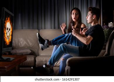 恐怖のティーンエイジャー、ホラービデオゲームで遊ぶ
