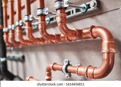 Sanitair service. koperen pijpleiding van een verwarmingssysteem in stookruimte
