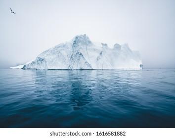 Iceberg y hielo del glaciar en el paisaje de la naturaleza ártica en Ilulissat, Groenlandia. Foto aérea drone de icebergs en el fiordo helado de Ilulissat. Afectados por el cambio climático y el calentamiento global.
