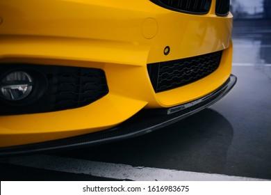 Borde, spoiler y divisor del parachoques delantero de carbono del coche deportivo moderno