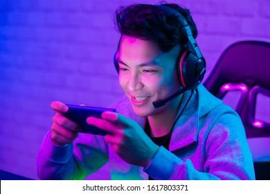 Joven asiático guapo vlogger con transmisión en vivo y juego de video en línea
