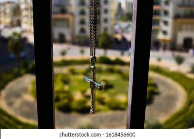 美しい背景で隔離された宝石とクロスペンダント