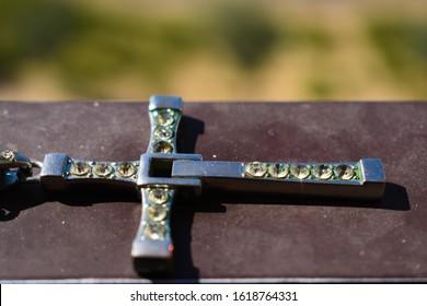 宝石とクロスペンダントは美しい背景で隔離されて動作します