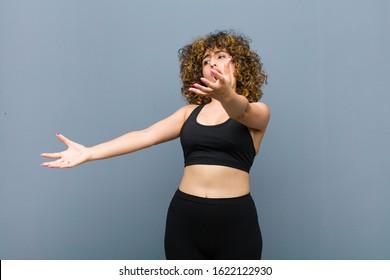 オペラを演奏したり、コンサートやショーで歌ったり、灰色の壁に対してロマンチックで芸術的で情熱的な若いスポーツ女性