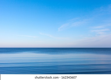 青いバルト海の上の青い空。