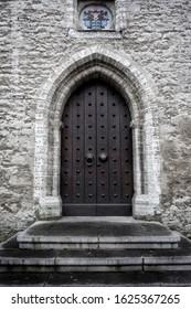 Oude gotische deuren in een draeneikasteel