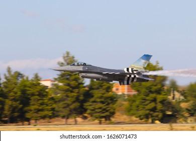 Caza de aviones militares en primer plano del aire. General Dynamics F-16 Fighting Falcon. Salón Aeronáutico de Atenas 2019.