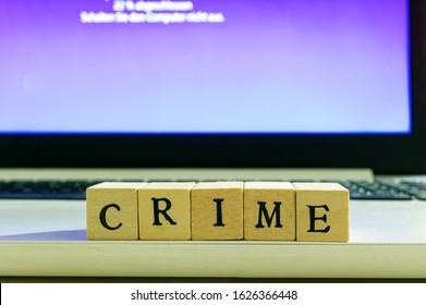現在更新中のラップトップの前にCRIMEという単語が付いた手紙