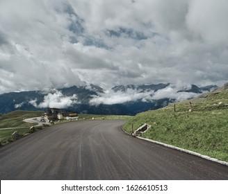 Carretera asfaltada en montes. Camino a las montañas. Alpen road