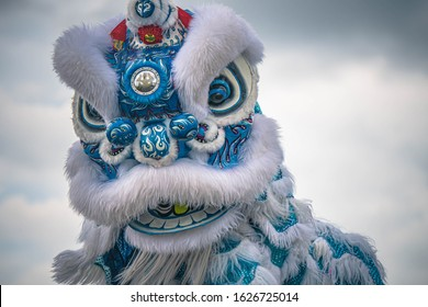 Lion Dance - Dragon & Lion Dance Street-optredens. Lion Head met blauwe luchten op de achtergrond.