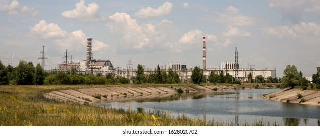 Černobylský reaktor 4 se starým sarkofágem