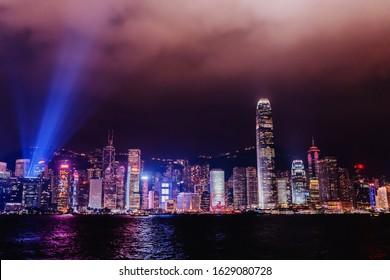 香港のビクトリアハーバーのパノラマ。昼から夜まで、12月のコールドフロント、サウンドとライトのショー期間、ライトのシンフォニー。