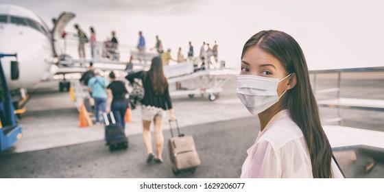 Touristenflugzeug der asiatischen Frau des Flughafens, das einen Flug in China trägt Gesichtsmaske nimmt. Coronavirus Grippevirus Reisekonzept Banner Panorama.
