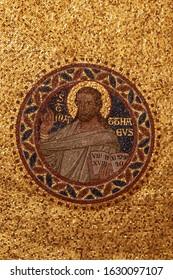 Un primer plano vertical de un mosaico con uno de los cuatro evangelistas en una iglesia en la región de Eiffel, Alemania