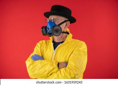 Man in beschermend geel pak en chemisch masker, bril en zwarte hoed. Het beeld van Walter White, Heisenberg. Concept Breaking Bad. Ondergrondse chemicus.