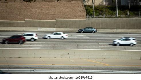 Das Auto, das auf der Schulter der Autobahn mit dem Abschleppwagen gestrandet war, hielt dahinter an und der Verkehr verschwamm, als die Autos an der Szene vorbeirasten