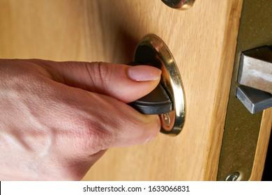 Bloquear o desbloquear la puerta con llave en mano