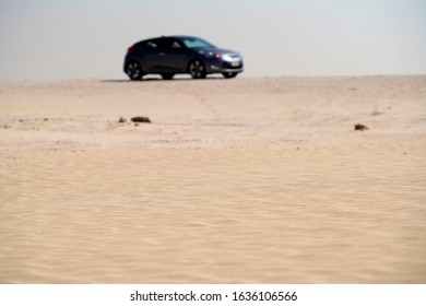 Ländliche Ansicht auf sandigen Wellen in der Wüste durch verschwommenes Hyundai Veloster Fahrzeug
