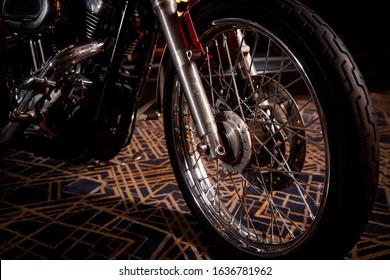 アメリカのチョッパーバイクのクローズアップの前輪。