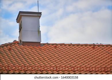 ポーランドの煙突と赤い瓦の屋根の重なり合う列、水平方向の尾根瓦材料の規則的なパターンの背景、誰も。