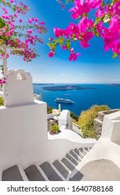 Oia Stadt auf Santorini Insel, Griechenland. Traditionelle berühmte weiße blaue Häuser mit Blumen unter sonnigem Wetter über der Caldera, Ägäisches Meer. Schöne Sommerlandschaft, Meerblick, Luxusreiseurlaub