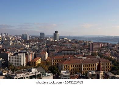 Historische Galatasaray High School im Bezirk Taksim Beyoglu. Istanbul Stadtbild, Gebäude und Bosporus. Horizontale Luftaufnahme, blauer Himmel im Hintergrund.