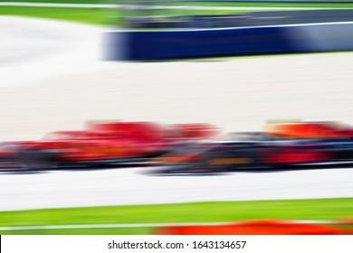 F1-Rennwagen, sehr schnell überholen, Autosport, unscharfer Hintergrund, Rennbild, Formel 1, Max Verstappen, Red Bull Racing, Ferrari einholen, Grand Prix
