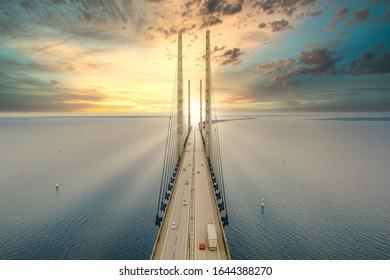 デンマークとスウェーデンの間のオーレスンリンク橋、オーレスンリンクの美しい空中写真。エーレスンド橋は日没時にビューをクローズアップします。
