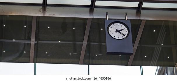 Uhr am Bahnhof. am Morgen