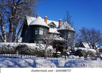 Das blau-grüne Louise and Rudolph Ebert House und das 1892 erbaute Architekturhaus im Queen Anne-Stil von Frank und Debra Dorn befinden sich in der 199 E. Division St. und der Park Ave in Fond du Lac, Wisconsin