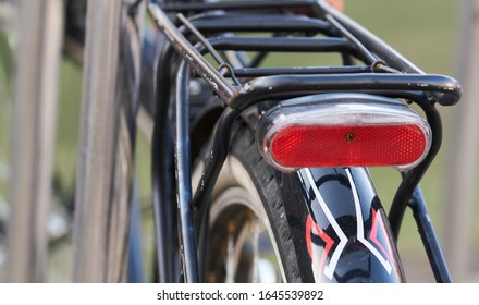 駐車場の自転車の背面図。