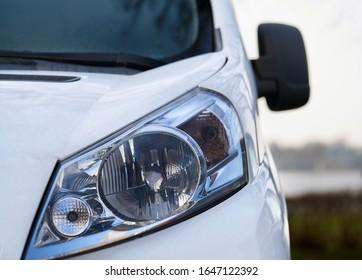現代の一流車のヘッドライトをクローズアップ。