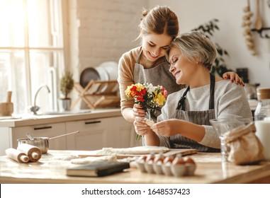 gelukkige Moederdag! familie oud grootmoeder schoonmoeder en schoondochter dochter feliciteren met de vakantie, bloemen geven