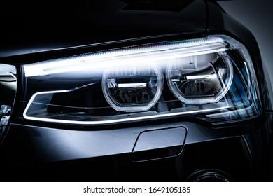 車のヘッドライトのクローズアップビュー。自動車写真。