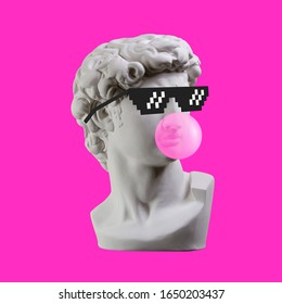 Estatua. Auricular. Aislado. Estatua de yeso de la cabeza de David. Hombre. Creativo. Estatua de yeso de la cabeza de David en gafas de píxeles. Arte conceptual mínimo.