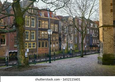 Casas históricas a lo largo de un canal, al lado de la Gran Iglesia, en invierno en la ciudad de 'Dordrecht', provincia de 'Zuid-Holland', Países Bajos