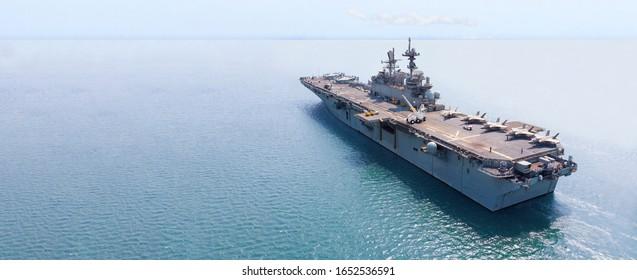 Nucleair schip, militaire marineschip met volle lading straaljager en helikopter voor patrouille.