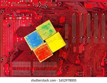 Los cubos de niños viejos y en mal estado se colocan sobre un fondo de placa base. El problema de un sistema operativo de PC desactualizado y la necesidad de actualizarlo.