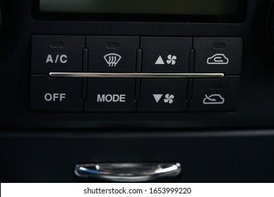 温度調節パネルで車のエアコンをオンにします。
