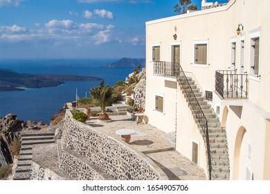 Schönes Haus und Terrasse mit Blick auf die Insel Santorini Griechenland.